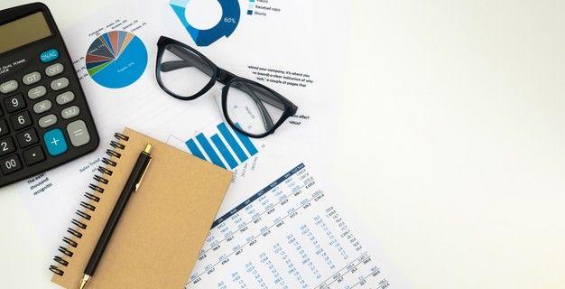 Contador De Negocios Trabalhando Com Documentos E Calculadora Na Mesa De Escritorio Branca Vista Superior